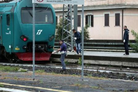 La polizia scientifica sul luogo dove un uomo è stato travolto da un treno  a Stazione Trastevere a Roma, 22 luglio 2014.ANSA/MASSIMO PERCOSSI