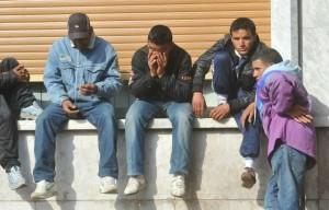 Migranti tunisini alla stazione ferroviaria di Ventimiglia (Imperia), questo pomeriggio 30 marzo 2011. A piedi, lungo la ferrovia o attraverso le spiagge, persino in taxi: gli immigrati tunisini fermi a Ventimiglia cercano di raggiungere la Francia con ogni mezzo. Alcuni ce la fanno ma la maggior parte continua a sbattere contro il 'muro' alzato dalla polizia francese, che appena al di la' del confine ha piazzato i furgoni con cui riportare indietro gli stranieri. ANSA/LUCA ZENNARO