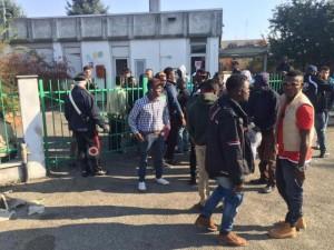 La protesta di un gruppi di profughi, giovani provenienti da Nigeria, Ghana e Afghanistan, davanti all'asilo di Vercelli che li ospita da alcuni mesi, 02 novembre 2015. ANSA/ ROBERTO MAGGIO