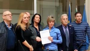 Barbara Zilli consegna petiziona