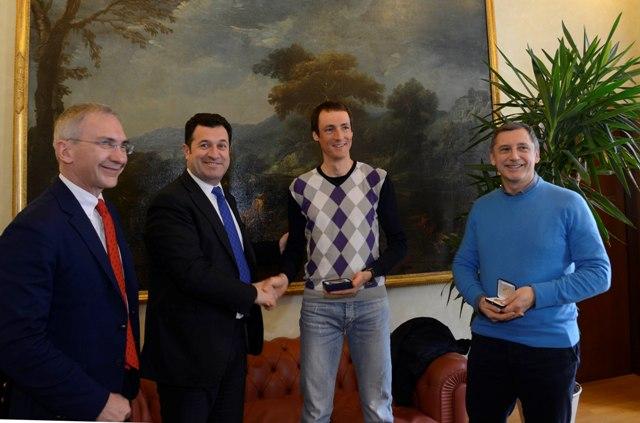 Iacop novelli consegna medaglia campione del mondo corsa in salita Tadei Piuk
